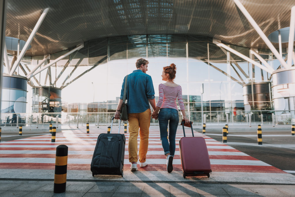 cuplu in fata aeroportului, sfaturi vacanta