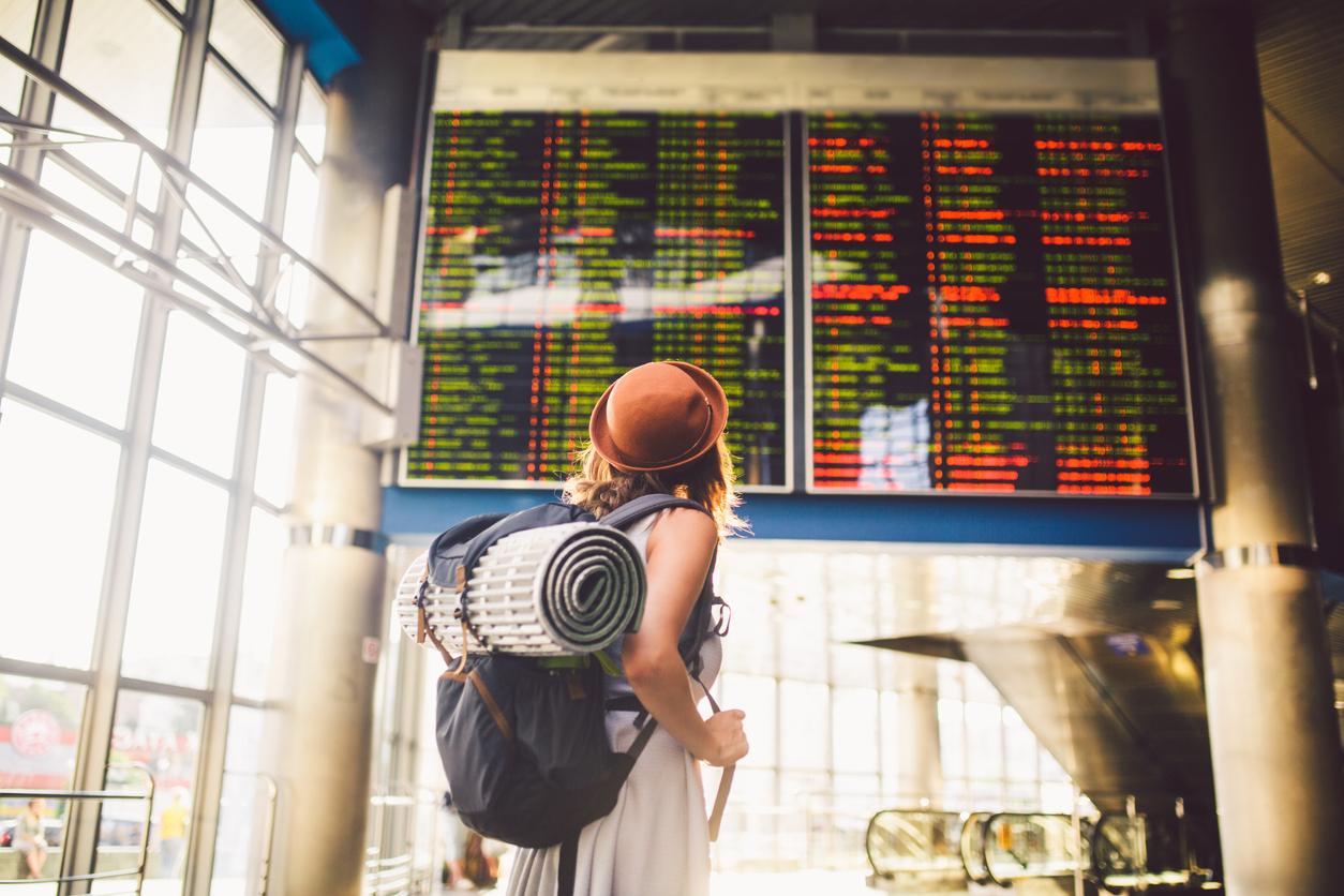 sfaturi vacanta femeie in aeroport