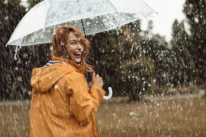 femeie in ploaie
