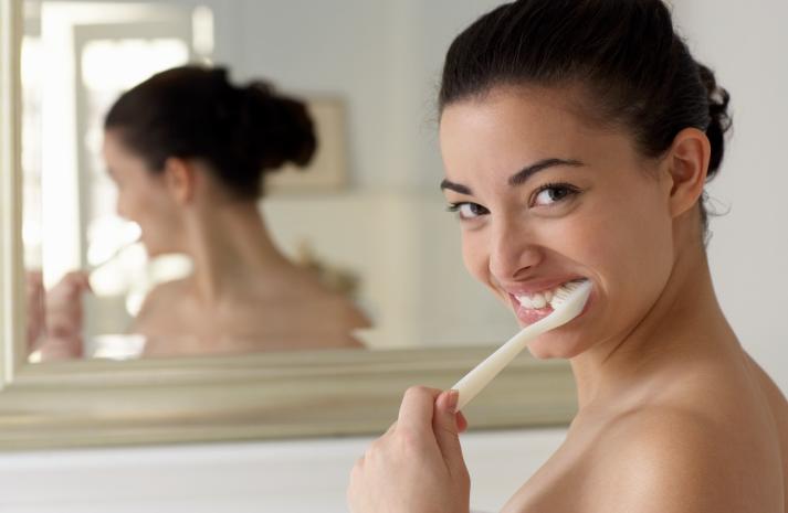 Periajul prea dur al dintilor duce la sensibilizarea lor