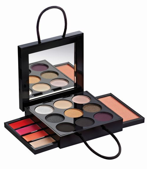 http://localhost/femeia/wp-content/uploads/2013/10/04/medie-palette-maquillage-mini-bag-opened-bd.jpg