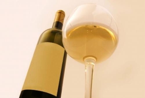 Afla beneficiile vinului alb