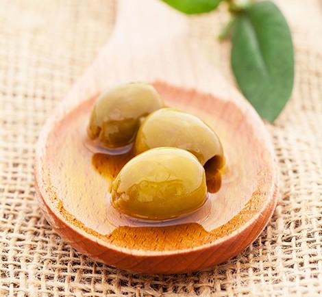 Oliven auf einem Holzlffel