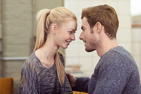 junges paar schaut sich verliebt in die augen