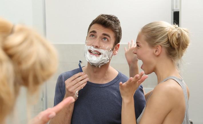 Paar streitet im Badezimmer