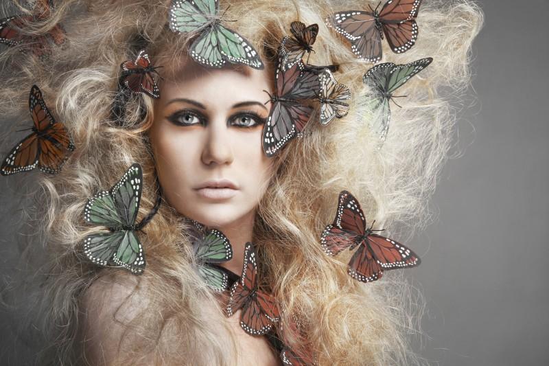 Fata cu fluturi in par