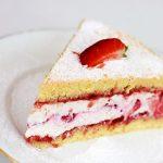 Tort cu cremă de lapte și căpșuni