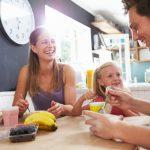 5 beneficii incontestabile ale bucătăriilor cu insulă, pe care orice femeie practică le va aprecia