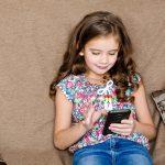 4 lucruri pe care orice mămică trebuie să le știe înainte să îi cumpere copilului un telefon