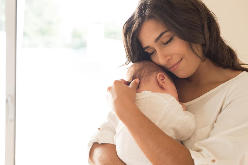femeie cu bebelus