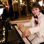 Copii cu aripi: Leo e pianist, om de radio și prezentator de gală la 11 ani