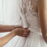 Rochie de-a gata vs rochie la comandă: ce alegi pentru nunta ta?