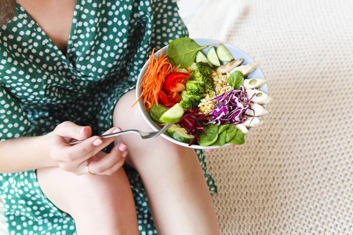 femeie mananca salata