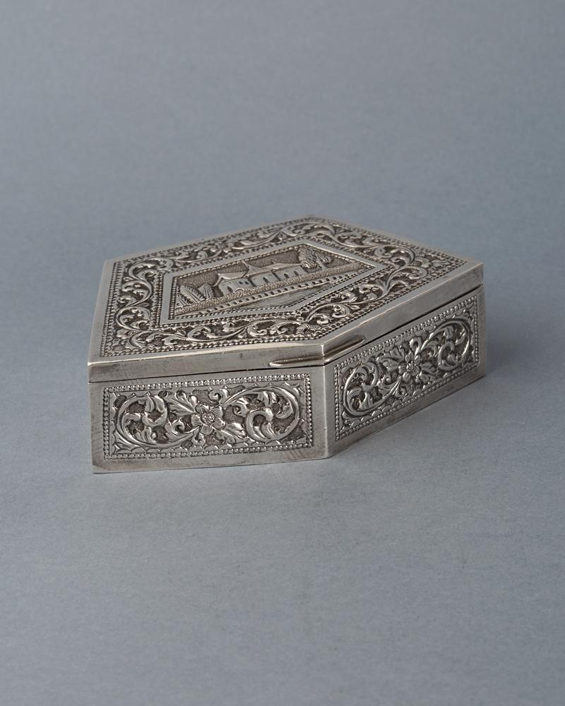 le'ador cutie de argint